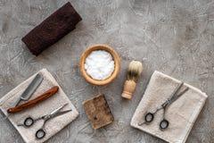Preparación para afeitar de los hombres Brocha de afeitar, maquinilla de afeitar, espuma, sciccors en copyspace de piedra gris de Imágenes de archivo libres de regalías