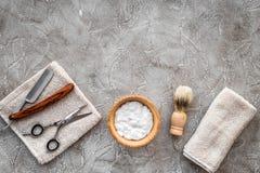 Preparación para afeitar de los hombres Brocha de afeitar, maquinilla de afeitar, espuma, sciccors en copyspace de piedra gris de Foto de archivo libre de regalías