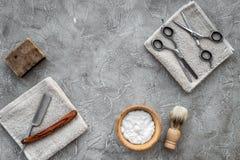 Preparación para afeitar de los hombres Brocha de afeitar, maquinilla de afeitar, espuma, sciccors en copyspace de piedra gris de Fotos de archivo