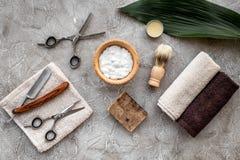 Preparación para afeitar de los hombres Brocha de afeitar, maquinilla de afeitar, espuma, sciccors en la opinión superior del fon Fotos de archivo