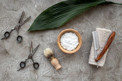 Preparación para afeitar de los hombres Brocha de afeitar, maquinilla de afeitar, espuma, sciccors en la opinión superior del fon Fotografía de archivo libre de regalías