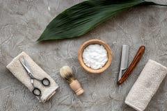 Preparación para afeitar de los hombres Brocha de afeitar, maquinilla de afeitar, espuma, sciccors en la opinión superior del fon Imágenes de archivo libres de regalías