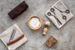 Preparación para afeitar de los hombres Brocha de afeitar, maquinilla de afeitar, espuma, sciccors en la opinión superior del fon Fotografía de archivo