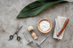 Preparación para afeitar de los hombres Brocha de afeitar, maquinilla de afeitar, espuma, sciccors en la opinión superior del fon Imagenes de archivo