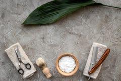 Preparación para afeitar de los hombres Brocha de afeitar, maquinilla de afeitar, sciccors, espuma en copyspace de piedra gris de Imágenes de archivo libres de regalías