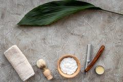Preparación para afeitar de los hombres Brocha de afeitar y maquinilla de afeitar en copyspace de piedra gris de la opinión super Fotografía de archivo