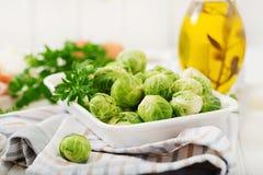 Preparación para asar las coles de Bruselas con tocino Imagen de archivo