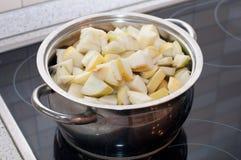Preparación para cocinar el atasco fresco de la manzana Imágenes de archivo libres de regalías