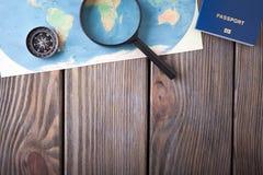 Preparación para el concepto que viaja, pasaporte, compás, mapa en un fondo de madera Imagenes de archivo