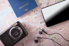 Preparación para el concepto que viaja, pasaporte, smartphone, cámara, mapa en un fondo de madera Imagen de archivo