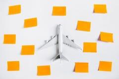 Preparación para el concepto que viaja y hacer la lista, el papel conocido, aeroplano Fotos de archivo libres de regalías