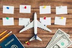Preparación para el concepto que viaja y hacer la lista, el papel conocido, lápiz, dinero, pasaporte, aeroplano, perno colorido d Fotografía de archivo libre de regalías
