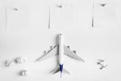 Preparación para el concepto que viaja y hacer la lista, papel en blanco conocido, bola de papel, aeroplano, perno del empuje Fotos de archivo libres de regalías