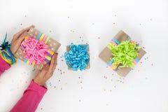 Preparación para el día de fiesta Regalos envueltos en el empaquetado colorido Imágenes de archivo libres de regalías