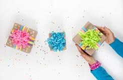 Preparación para el día de fiesta Regalos envueltos en el empaquetado colorido Imagen de archivo