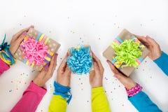 Preparación para el día de fiesta Regalos envueltos en el empaquetado colorido Fotos de archivo libres de regalías