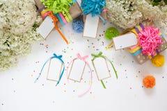 Preparación para el día de fiesta Regalos envueltos en el empaquetado colorido Fotografía de archivo libre de regalías