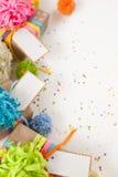 Preparación para el día de fiesta Regalos envueltos en el empaquetado colorido Foto de archivo libre de regalías