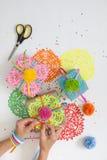 Preparación para el día de fiesta Regalos envueltos en papel colorido Fotografía de archivo libre de regalías