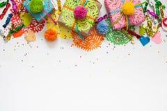 Preparación para el día de fiesta Regalos envueltos en papel colorido Foto de archivo