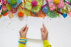 Preparación para el día de fiesta Regalos envueltos en papel colorido Fotos de archivo