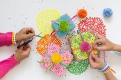 Preparación para el día de fiesta Regalos envueltos en papel colorido Fotografía de archivo