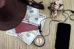 Preparación para el día de fiesta, un pasaporte con el dinero para el resto en la tabla y un teléfono celular en el camino, Fotografía de archivo