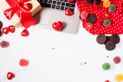 Preparación para el día del ` s de la tarjeta del día de San Valentín del St: ordenador portátil, regalo, decoraciones y caramelo Imagenes de archivo