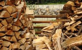 Preparación para el invierno Amontonamiento de la madera Leña tajada lista a la imagen de la acción del época en que la calefacci Foto de archivo