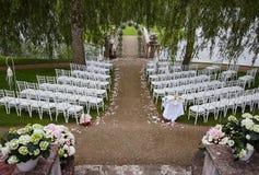 Preparación para el lago cercano al aire libre de la ceremonia de boda Imagen de archivo