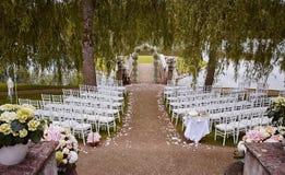 Preparación para el lago cercano al aire libre de la ceremonia de boda Imagen de archivo libre de regalías