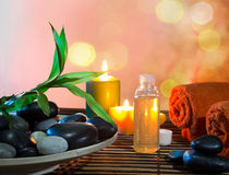 Preparación para el masaje en naranja con el plato, el aceite y el bambú Imagenes de archivo