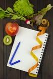Preparación para el programa de la dieta La decisión para iniciar la dieta Hojas de operación (planning) de la dieta fotos de archivo