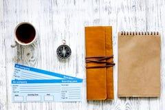 Preparación para el viaje Boletos, compás, tarjeta de banco en copyspace de madera de la maqueta de la opinión superior del fondo Imagenes de archivo