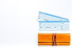 Preparación para el viaje Boletos en el copyspace blanco de la opinión superior del fondo Imágenes de archivo libres de regalías