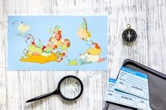Preparación para el viaje Boletos, mapa del mundo, compás en la opinión superior del fondo de madera de la tabla Fotografía de archivo