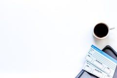 Preparación para el viaje Boletos, tarjeta de banco en el copyspace blanco de la opinión superior del fondo Imagen de archivo