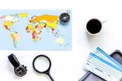 Preparación para el viaje Mapa del mundo, boletos, compás en la opinión superior del fondo blanco Fotografía de archivo