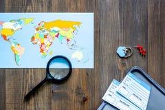 Preparación para el viaje Mapa del mundo y boletos en la opinión superior del fondo de madera de la tabla Imagenes de archivo