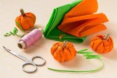 Preparación para Halloween: Calabaza del papel con sus manos Foto de archivo