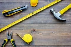 Preparación para la reparación del apartamento Sistema de herramientas de la construcción en copyspace de madera de la opinión su Foto de archivo libre de regalías