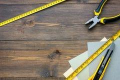 Preparación para la reparación del apartamento Sistema de herramientas de la construcción en copyspace de madera de la opinión su Imagen de archivo