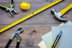 Preparación para la reparación del apartamento Sistema de herramientas de la construcción en copyspace de madera de la opinión su Foto de archivo