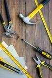Preparación para la reparación del apartamento Sistema de herramientas de la construcción en la opinión superior del fondo de mad Fotografía de archivo
