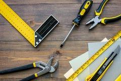 Preparación para la reparación del apartamento Sistema de herramientas de la construcción en la opinión superior del fondo de mad Imágenes de archivo libres de regalías
