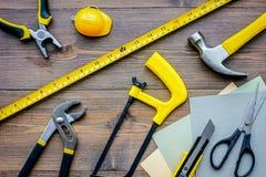 Preparación para la reparación del apartamento Sistema de herramientas de la construcción en la opinión superior del fondo de mad Fotos de archivo libres de regalías