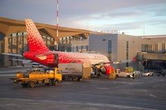 Preparación para la salida de los aviones Airbus A319-112 EI-EZC del ` Rossiya - ` ruso de la línea aérea de las líneas aéreas en Imagen de archivo libre de regalías