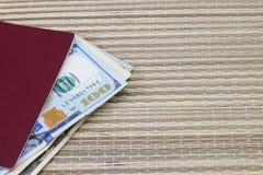Preparación para las vacaciones, pasaporte con el dinero para el resto en la tabla Foto de archivo