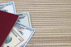 Preparación para las vacaciones, pasaporte con el dinero para el resto en la tabla Fotografía de archivo