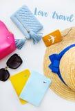 Preparación para las vacaciones - sombrero, vidrios, pasaporte, bolso cosmético, monedero Inscripción - viaje del amor Fotos de archivo libres de regalías